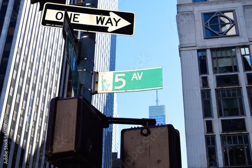Foto op Plexiglas New York TAXI 5th Avenue Sign New York City