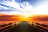 Steg mit Sonnenuntergang