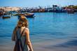 Quadro junge Frau im Hafen