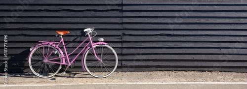 Aluminium Fiets Vélo rose sur fond de bois