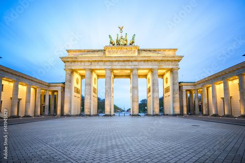 Fotobehang Berlijn Brandenburg Gate at night in Berlin city, Germany