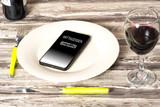 Ein Handy auf einem leeren Teller und Bestellung bei einem Essen Lieferservice