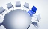 Blauer Stuhl am runden Tisch - 142125663
