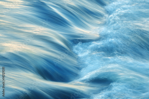 Fließendes Wasser - 142129281