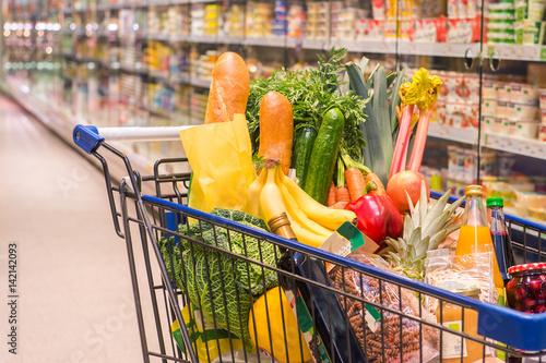 Einkaufswagen voller Einkäufe in einem Supermarkt