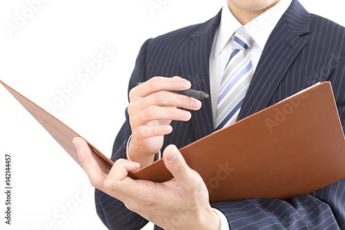 ビジネスマン ファイルをとペンを持つ ボディパーツ 室内 白バック