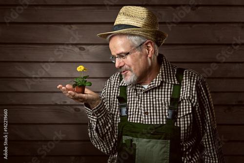 Gärtner mit winziger Blume