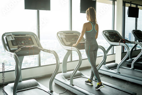 Póster Woman on treadmill in the gym