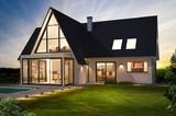 Belle maison moderne de nuit avec piscine - 142366803