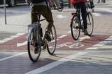 Räder auf Zweirichtungsradweg - 142397293