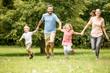 Familie mit Kindern in der Natur
