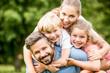 Glückliche Familie und Kinder im Garten