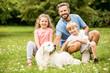 Vater und glückliche Kinder mit Hund
