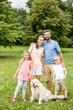 Familie mit Retriever Hund im Garten