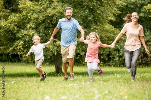 Familie mit Kindern in der Natur Poster