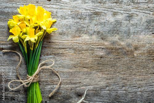 Wiosny tło, Easter daffodils, bukiet na drewnianym stole