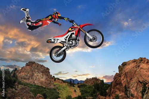 hombre-realizando-acrobacias-en-motocicleta