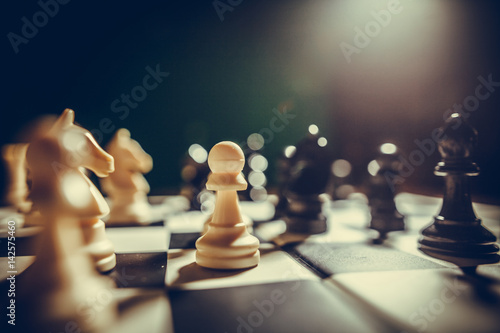 Juliste White and black pieces on chess board