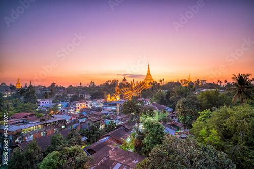 Foto op Aluminium Beijing Yangon skyline with Shwedagon Pagoda in Myanmar