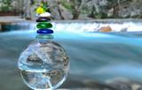yaratıcı şelale konsepti & kuvars kristal ve şelale yansımaları - 142841002