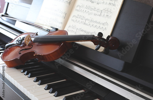 Violin and piano - 142894893