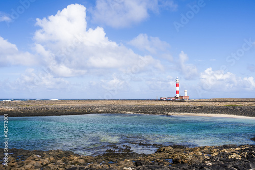 Deurstickers Canarische Eilanden Lighthouse Faro del Tostón at the north cape of Fuerteventura Canary Islands near the village El Cotillo.