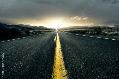 Poster Einsame Landstraße bei Sonnenuntergang