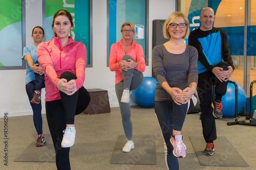 Fotobehang Fitness dehnübungen in der gruppe