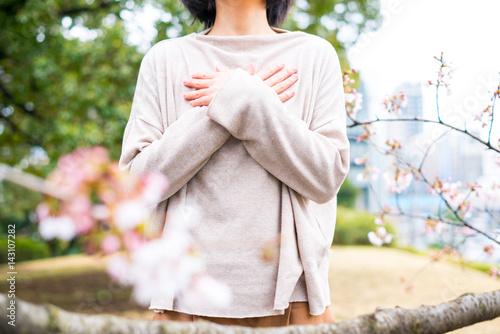 胸に手を当てる女性 Poster