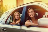 familie im auto in den sommerferien