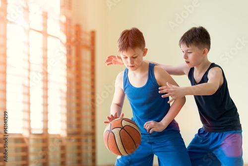 Foto Spatwand Basketbal Two boys playng backetball