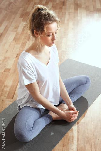 Papiers peints Zen Medytacja wyciszenie umysłu. Medytująca kobieta trenuje jogę.