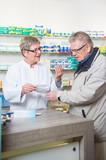 Senior wird in einer Apotheke bedient