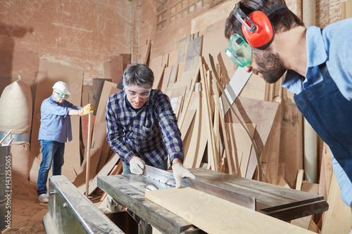 Schreiner sägen Holz mit Kreissäge - 143255065