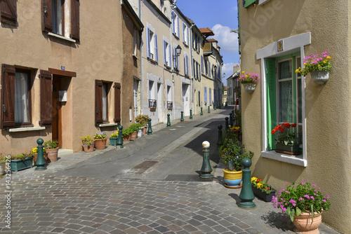 Rue de l'église fleurie à Andrézy, Yvelines