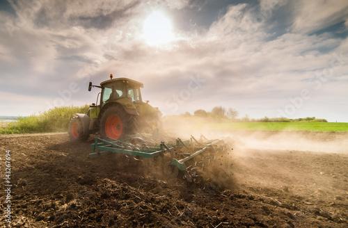 Plakát Tractor preparing land