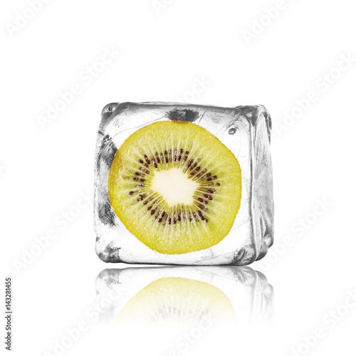 Frische Kiwi im Eiswürfel - 143281455