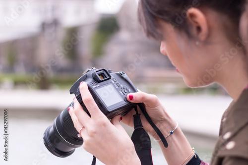 Poster Junge Frau macht Urlaubsfotos, Städtetrip