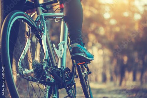 rowerzysta jazda rowerem górskim w lesie