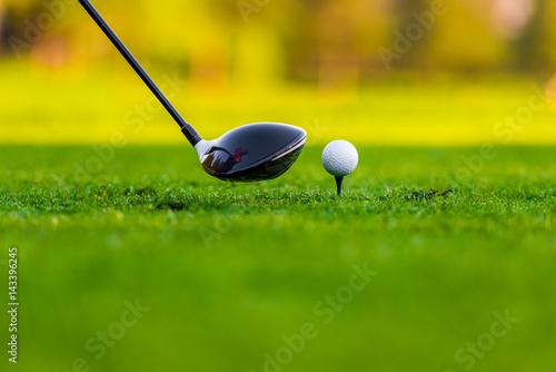 pelota-y-palo-en-el-campo-de-golf