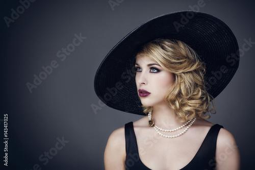 Poster Portrait d'une jeune femme avec un chapeau , de profil, le regard sur le coté