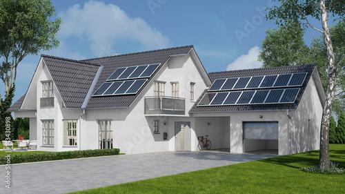 Solaranlage auf Haus mit Solarzellen auf Dach