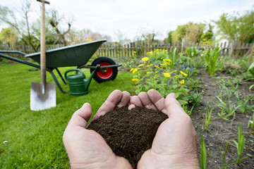 Kompost - Naturdünger in der Hand - Gartenarbeit