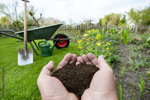 Foto Murales Kompost - Naturdünger in der Hand - Gartenarbeit