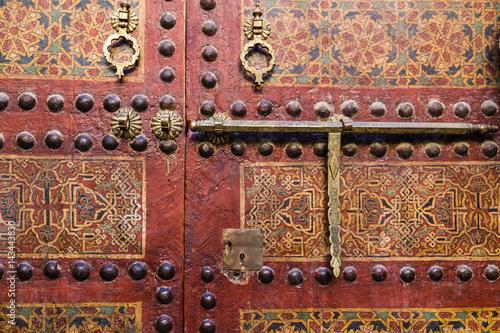 Poster Altes Türschloß mit Riegel auf Holztür
