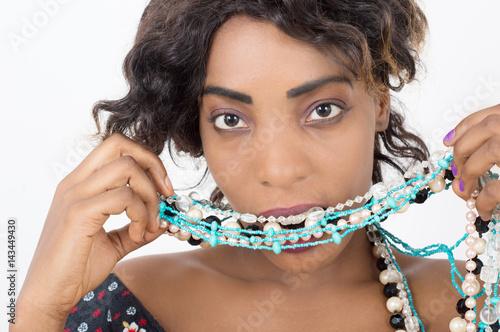 Poster femme glamour tenant un collier de perles dans la bouche