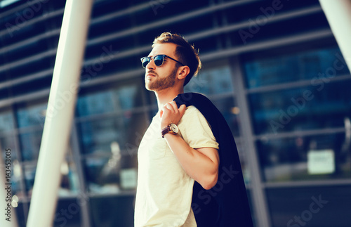 Plakat fashionable man in urban setting
