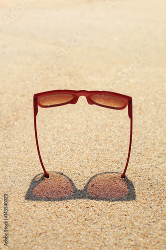 Poster Red sunglasses on the beach