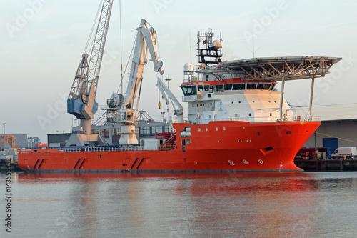 Fotobehang Rotterdam oranges Versorgungsschiff in Rotterdam