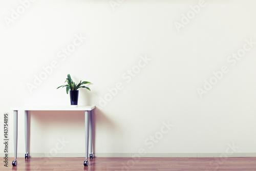 Poster 広い部屋と机,コピースペース